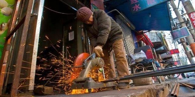 nenek-90-tahun-asal-china-kerja-jadi-tukang-las